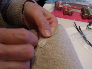たこ糸を巻いて花芯部分を作っています。