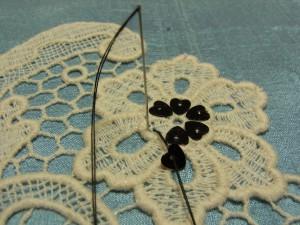 花芯部分にハート型スパンコールを、円形に刺します。