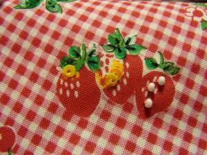 3個の苺にスパンコールとビーズが刺してあります。