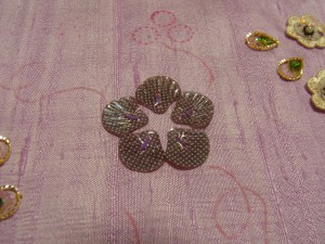 貝殻型のスパンコールを、円形に5枚刺しています。