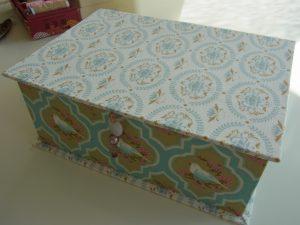 長方形の箱です。周りに生地を貼っています。