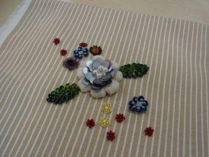ふっくら花びらの花芯部分は、パールとトップホール、雫型ビーズが刺してあります。