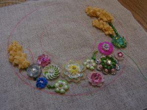 帽子型に花模様が刺してあります。背の高いリボンで作った花が両サイドにあります。