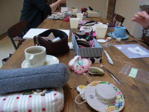 田園調布のレッスンです。大きなテーブルを囲んで皆さんでビーズ刺繍をされています。