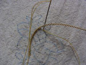 ワイヤーの溝に糸を掛けて固定しています。