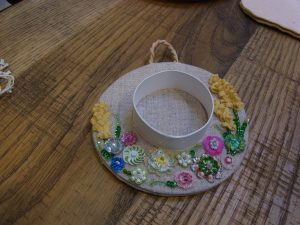 帽子型のポプリです。つばの部分にはスパンコールとビーズで刺した花が沢山あります。