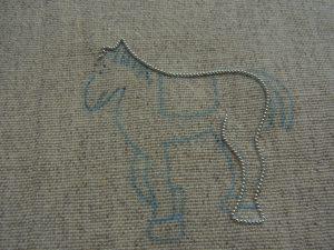 馬の後ろ足の1本にワイヤーが刺してあります。