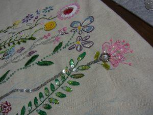 スパンコールの花が沢山刺してあります。