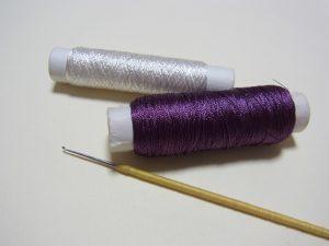 レーヨン糸とアリワーク用の細長い針です。