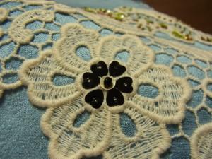 花芯部分にハートが円形に綺麗に並んでいます。