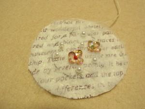 ビーズ刺繍が完成しました。完成線の外側を縫って、さらにその外側をカットしてあります。