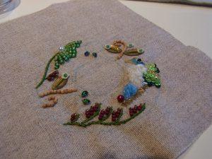 帽子型の針刺しです。つばの部分に小鳥と花が刺してあります。