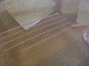 アリワークの体験刺しです。糸刺繍とビーズを使って刺した縦線が合わせて5本あります。