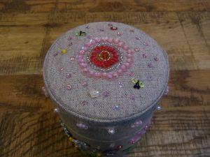 茶筒の蓋の上部です。可愛い蝶々と星型スパンコールが刺してあります。