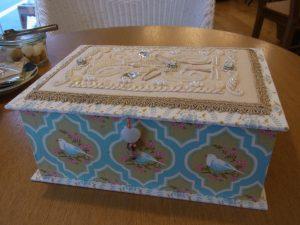 生地を貼った箱です。蓋の上部にビーズ刺繍をした生地を飾りました。