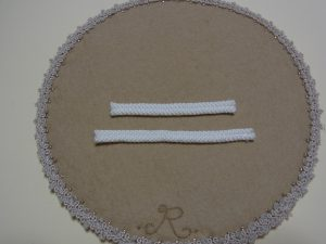 縫い合わせた紐が2組並んでいます。