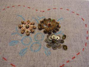 スパンコールで刺した3種類の円形の花があります。