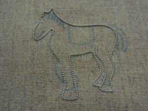 馬の輪郭にワイヤーをつけました。