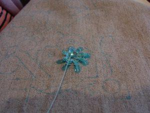 花の形にスパンコールが刺してあります。