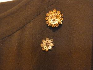 襟元は、2個のお花をシンプルに刺しています。