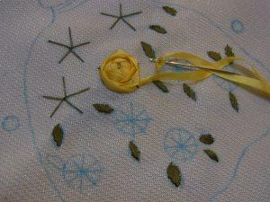 5等分した糸にくぐらせながら、バラの花を作っていきます。