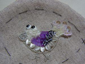尻尾にキラキラスパンコールを飾りました。華やかな小鳥です。
