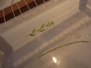 糸で小さな葉を刺しています。