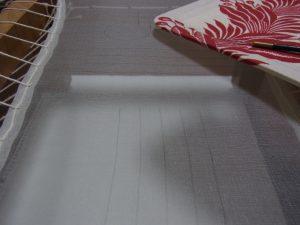 木枠に生地が張ってあります。縦方向の直線か描いてあります。