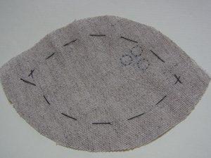 生地に円の図案が3個書いてあります。