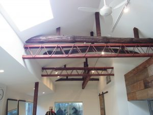天井の高いスタジオでレッスンです。