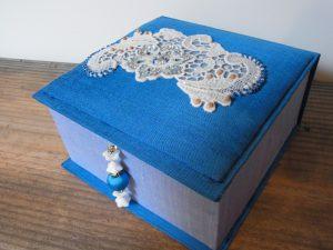正方形の箱です。蓋の上にビーズ刺繍をしたレースが飾ってあります。