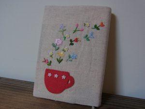 花の刺繍とビーズが一緒になったブックカバーです。