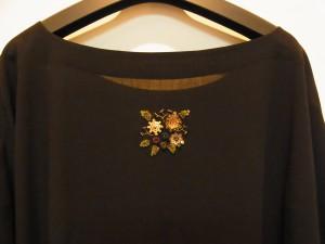 後ろの襟元には、4種類のお花と葉が刺してあります。