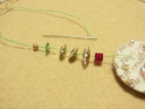 スクエア、花形ビーズ、メタルビーズを針に通します。