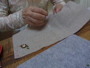 たこ糸とスパンコールで作った花があります。