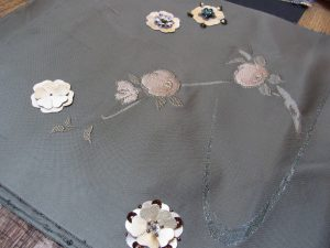 帯をリメイクしてバックにします。中央の2つの椿の花が綺麗です。