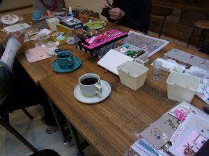 大きなテーブルを囲んでビーズ刺繍を楽しんでいます。