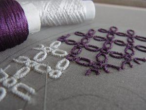 2色のレーヨン糸を使って糸刺繍で、楕円形を刺しています。