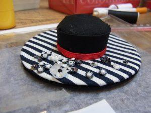 帽子型の針刺しです。ツバの部分にビーズとスパンコールが刺してあります。