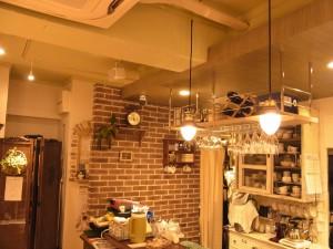 レッスンをする店内の様子です。落ち着いた雰囲気で天井からの電気が、柔らかい光を放っています。