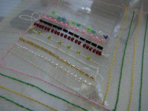 アリワークで刺しいます。縦と横方向に糸刺繍がしてあります。ビーズも斜め方向に綺麗に並んでいます。