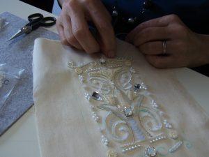 刺繍糸で盛り上がるように刺繍をしました。その上にビーズとモールをかけます。