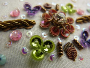 5㎜クリアストーンを使った花を中心に、グリーン、紫、ピンクのスパンコールが刺してあります。