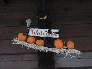 魔女とかぼちゃのハロウィンの飾りです。