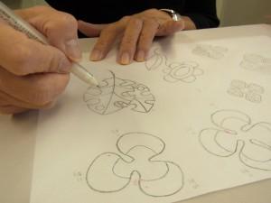ペンでシルクオーガンジーに転写しています。葉と数種類のお花があります。