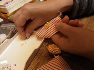 ストラップを作っています。3mmカップ型スパンコールを螺旋状に連続刺しします。