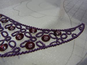 ペイズリーの縁取りを糸刺繍します。