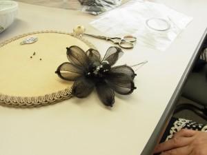 お花のコサージュを作っています。黒いテグスとつぶし玉で雌しべを作ってリアルな感じに仕上げます。
