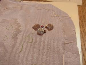 可愛い貝殻型スパンコールを組み合わせて、4枚花びらのお花を作ります。