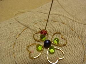 モールに糸を通して、しっかり生地に固定したら、糸が出ている側に針を落とします。